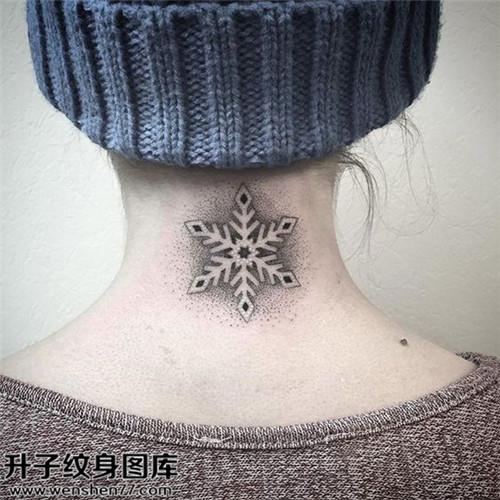 女性颈部欧美雪花纹身图案大全