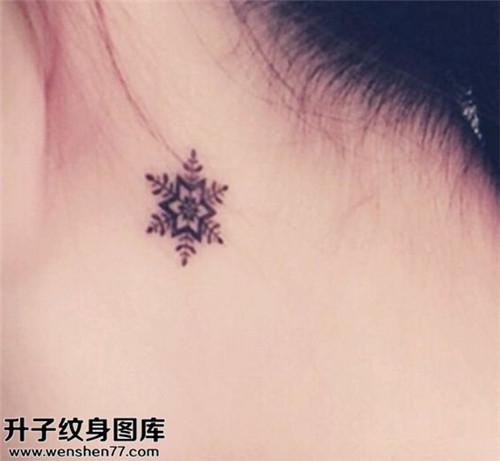 女性耳后小清新雪花纹身图案大全