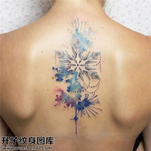 女性背部欧美彩色雪花纹身图案大全