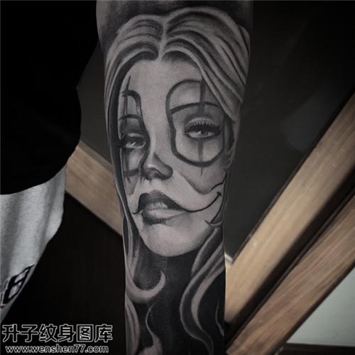 男性小臂黑灰肖像纹身图片大全