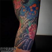 男性大臂传统彩色牡丹唐狮纹身图片大全