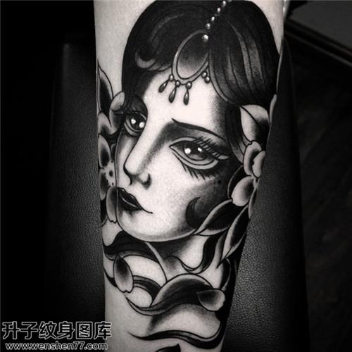 女性小臂黑灰肖像纹身图片大全