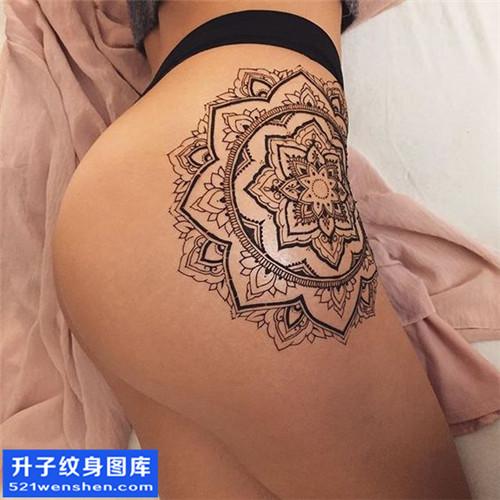 女性欧美侧腰梵花纹身图片大全