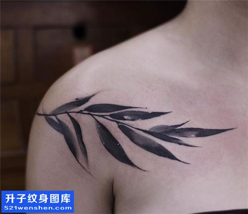 女性胸口水墨树叶纹身图片大全