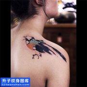 重庆纹身哪里好 女性后背水墨鸟纹身图片大全
