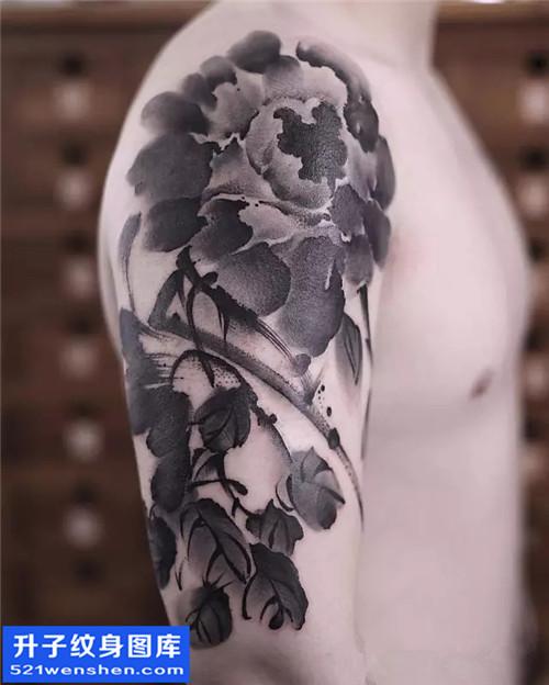 重庆纹身 男性大臂水墨牡丹纹身图案大全