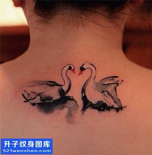 女性颈部水墨花纹身图片大全