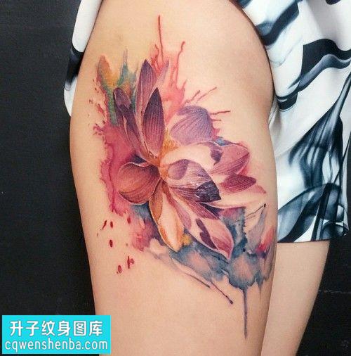 女性大腿彩色水墨荷花纹身图片大全