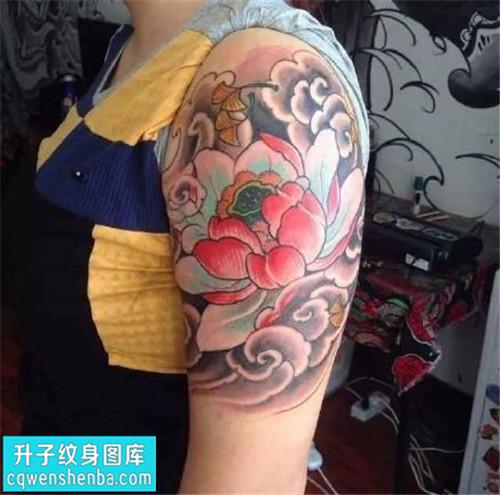女性大臂传统彩色荷花纹身图案大全