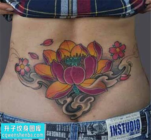 女性彩色传统后腰荷花纹身图案大全