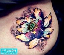 女性大腿彩色传统荷花纹身图案大全
