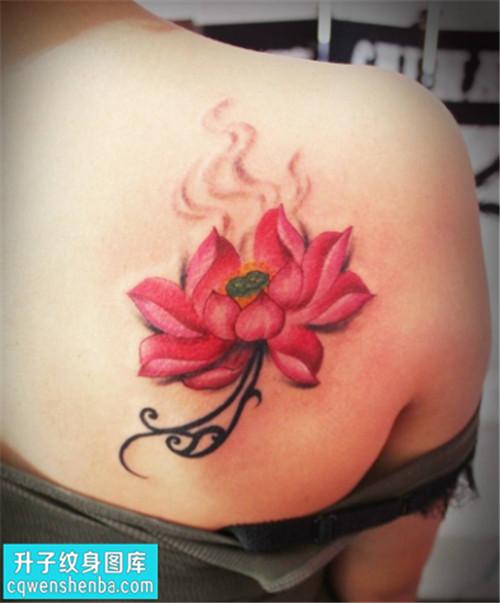 女性后背传统彩色荷花纹身图片大全