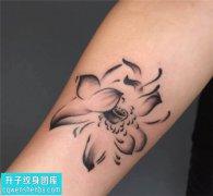 女性小臂传统荷花纹身图片大全