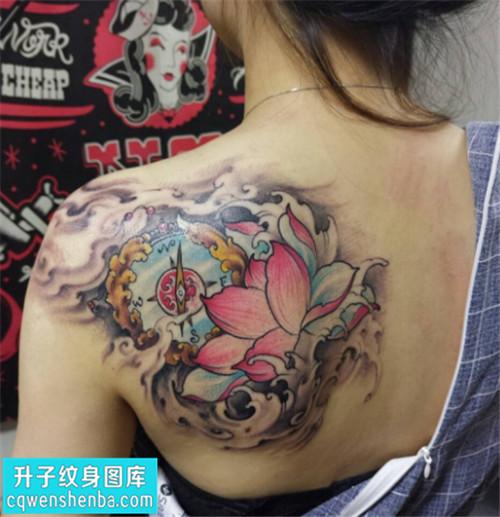 观音桥纹身 女性后背传统彩色荷花纹身图案大全
