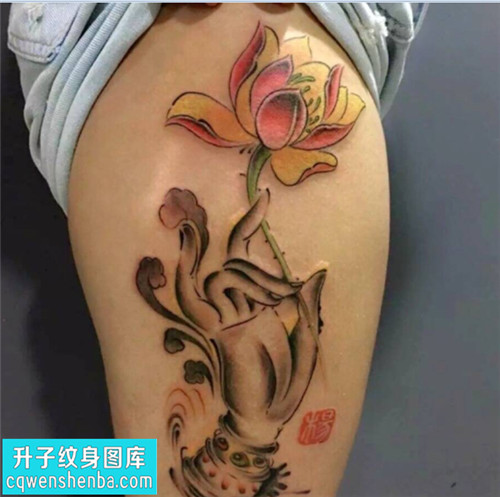女性大腿彩色传统荷花纹身图片大全