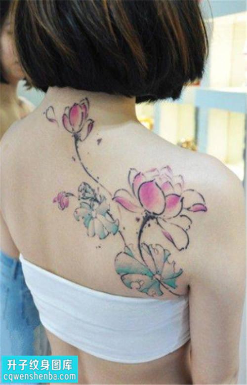 女性后背彩色传统荷花纹身图片大全