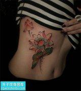 女性侧腰传统彩色荷花纹身图片大全