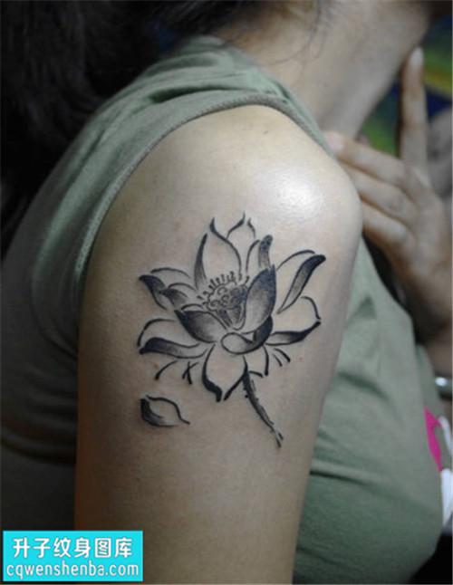 女性大臂传统黑灰荷花纹身图案大全