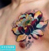 男性胸口彩色传统荷花纹身图案大全