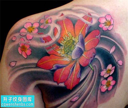 重庆纹身哪里好 女性后背传统彩色荷花纹身图片大全