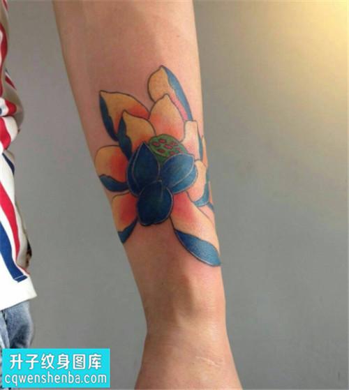 男性传统彩色小臂荷花纹身图案大全