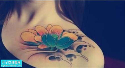 重庆纹身哪里便宜 女性锁骨彩色传统荷花纹身图片大全