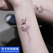 女性小清新手腕花纹身图片大全