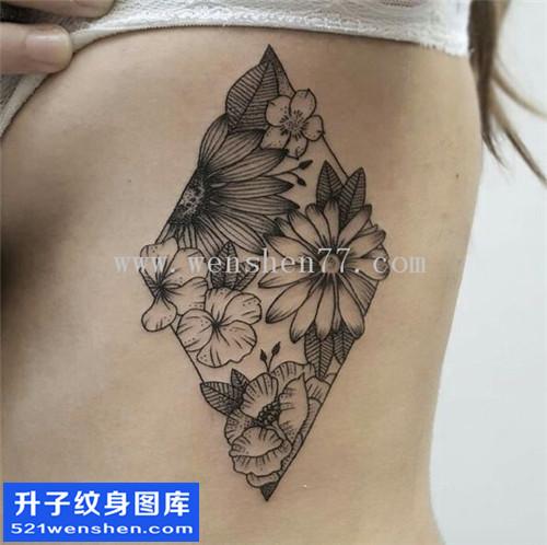 女性侧腰欧美线条花纹身图案大全