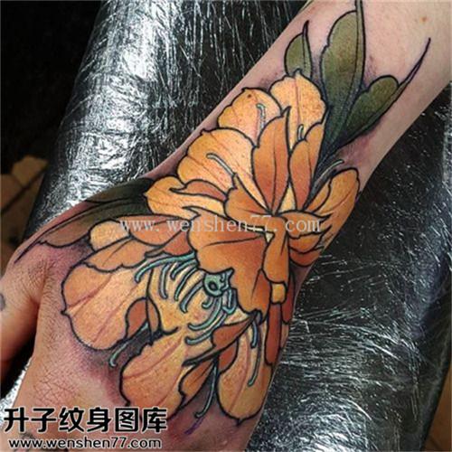 女性手背传统彩色牡丹纹身图案大全