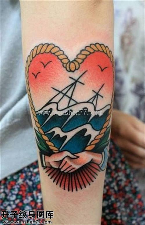 男性小臂欧美彩色心手浪海鸥纹身图片大全