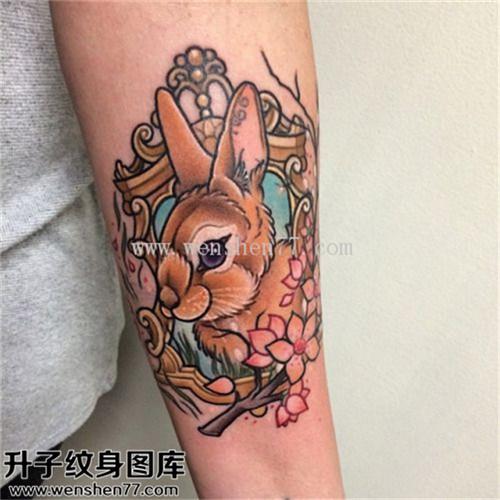 女性小臂彩色欧美兔子花纹身图案大全