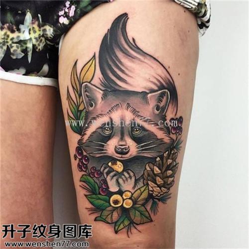 女性大腿欧美松鼠松果纹身图片大全