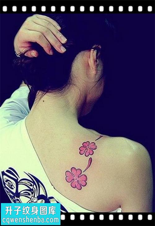 女性后背小清新四叶草纹身图案大全