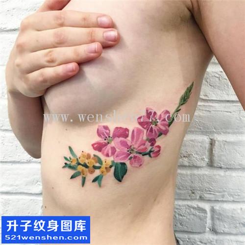 重庆纹身哪里便宜 女性侧腰水墨彩色花纹身图案大全