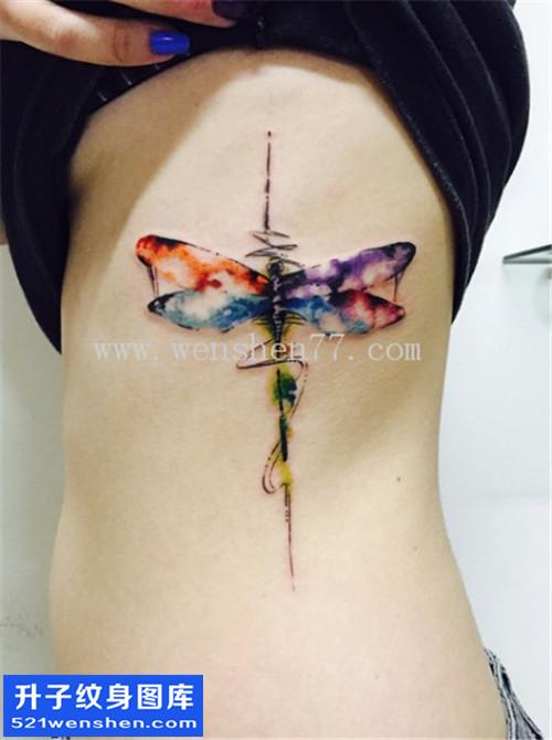 女性侧腰水墨蜻蜓纹身图片大全