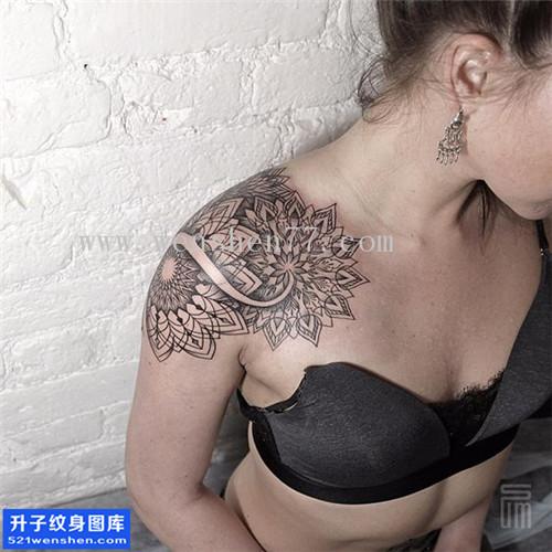 女性肩膀梵花纹身图案大全