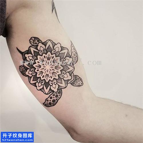 男性大臂乌龟梵花点刺纹身图案大全