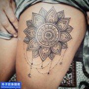 女性大腿梵花点刺纹身图片大全
