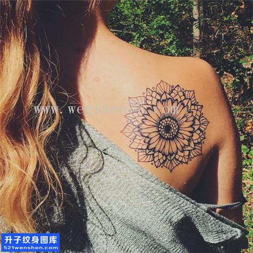 女性后背后背菊花纹身图片大全