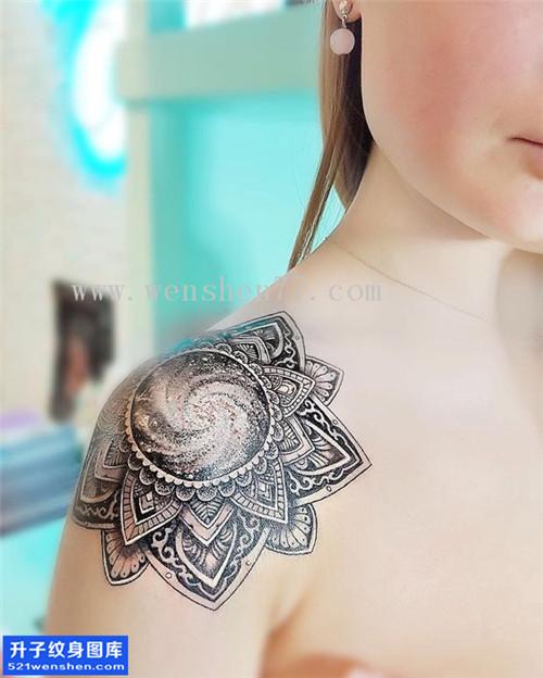 女性肩膀梵花点刺纹身图案大全
