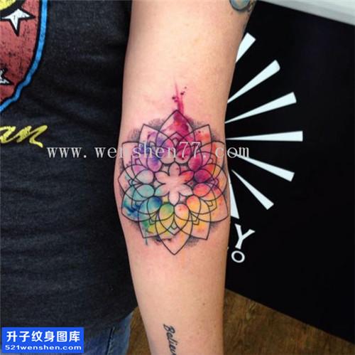 女性小臂彩色水墨梵花纹身图片大全