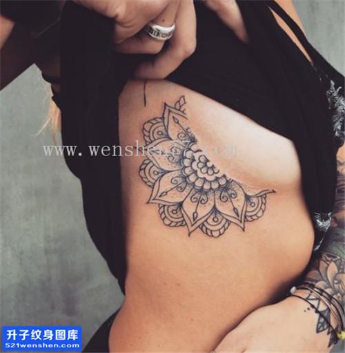 女性胸侧梵花点刺纹身图案大全