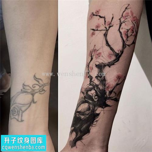 重庆遮盖纹身哪里好 女性手腕遮盖水墨梅花纹身图案大全