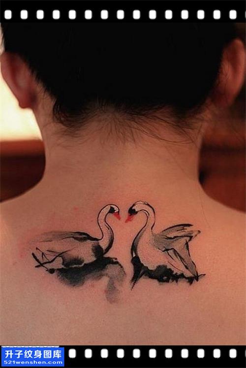 女性脖子水墨天鹅纹身图片大全