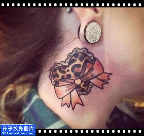 女性脖子欧美蝴蝶结心纹身图片大全