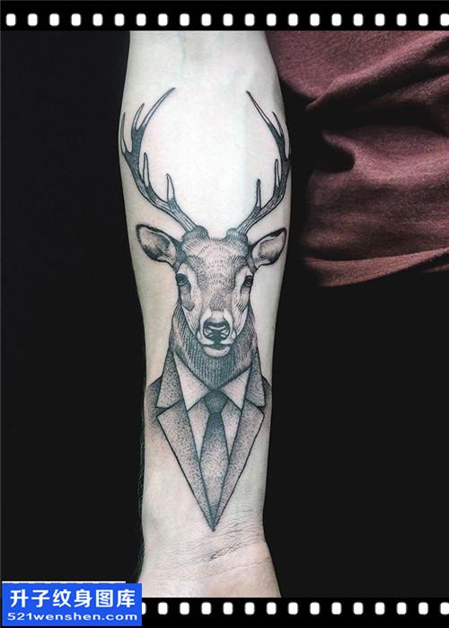 男性小臂点刺鹿纹身图案大全