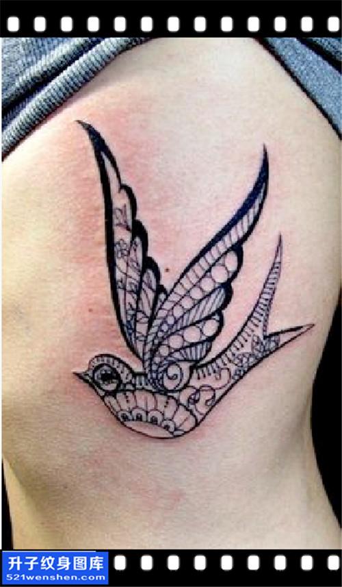 女性侧腰欧美鸟纹身图案大全