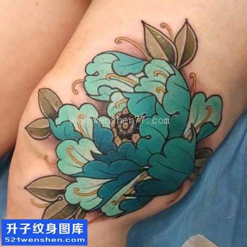 女性大腿传统彩色牡丹纹身图案大全