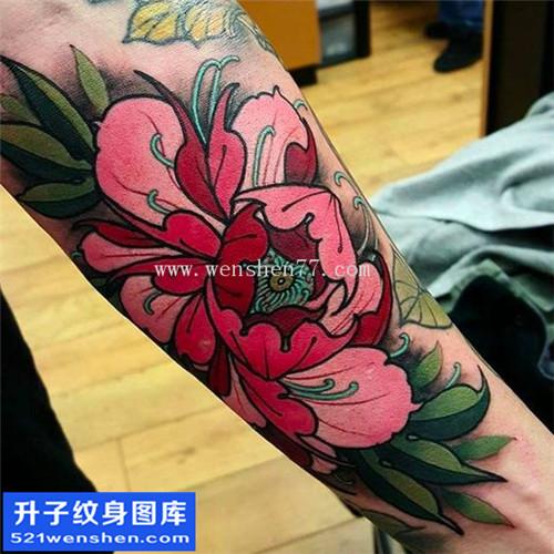 女性小臂传统彩色牡丹纹身图片大全