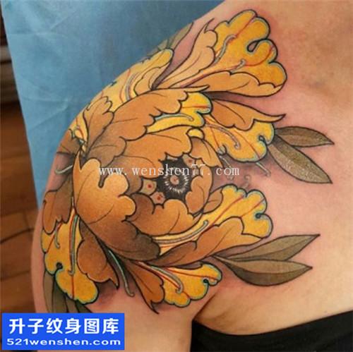 女性肩膀传统彩色牡丹纹身图案大全
